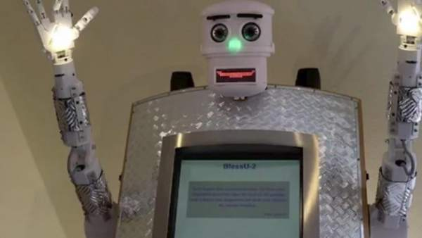 Modernizando la Iglesia: un robot que bendice