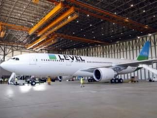 Imagen de un avión Level en el aeropuerto del Prat.