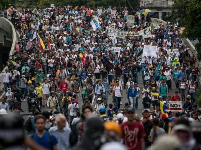 Cientos de opositores protestan en la calle contra canal estatal en Venezuela