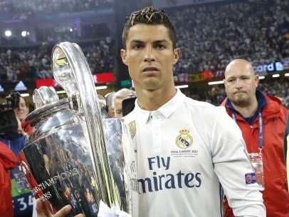 Cristiano Ronaldo con la copa con un miembro de seguridad a su espalda.