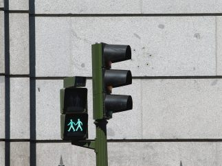 Un semáforo con parejas LGTB en Madrid