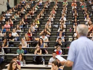 Alumnado antes de realizar las pruebas en el campus de Arrosadía.