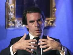 """Aznar, arropado por Casado: """"El Gobierno está condicionado por golpistas"""""""