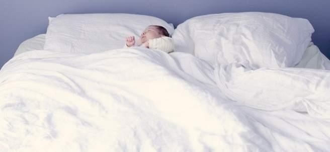Bebé durmiendo en cama