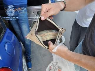 Dinero en efectivo ladron joven ronda