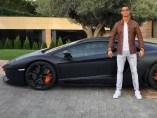 Ronaldo posa con su coche