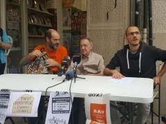 Daniel Pardo, Joan Gómez y David Benito en la rueda de prensa delante del edificio de la calle Entença número 151.