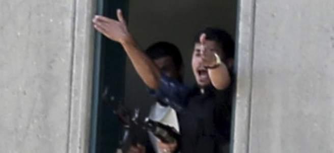 Un policía da indicaciones desde la ventana tras el ataque terrorista en Teherán.