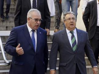 El ministro de Interior, Juan Ignacio Zoido, con el presidente de la AVT, Alfonso Sánchez.