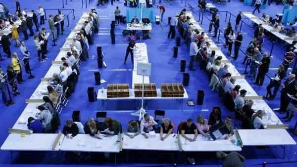Oficiales electorales cuentan votos en el Emirates Arena, en Glasgow (Escocia, Reino Unido).