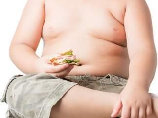 Obesidad infantil. Niño con sobrepeso.