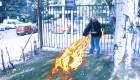 Gus enseña a los supervivientes a hacer fuego