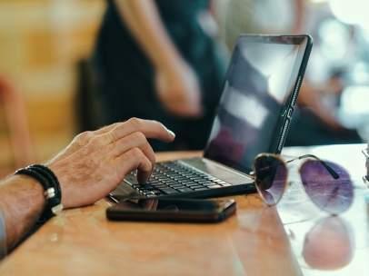 Ordenador portátil y smartphone