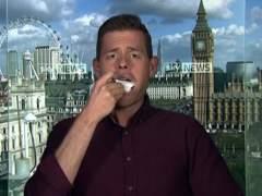 Un analista político comiéndose su libro