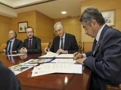 Revilla firma el acuerdo con el director de El Corte Inglés