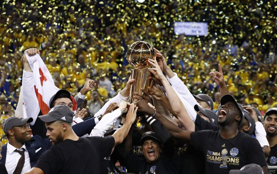 Los Warriors celebran el anillo. Los jugadores de Golden State Warriors celebran su victoria ante Cleveland Cavaliers en las Finales de la NBA. Por fin consiguen su segundo anillo NBA.