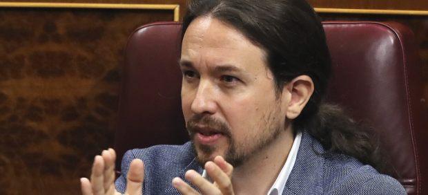 Pablo Iglesias apaude a Irene Montero durante la moción de censura contra Mariano Rajoy.