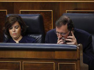 Rajoy habla por teléfono en su escaño