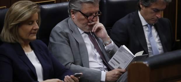 Méndez de Vigo lee un libro durante la moción de censura