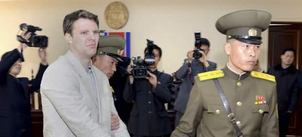 Fotografía de archivo de Otto Warmbier esposado al ser detenido en Corea del Norte, en 2016.