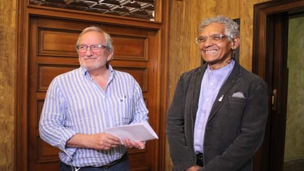 El concejal de Cultura Jesúa Bárez y el autor Josel Francisco Rosell