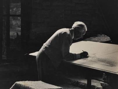 Frank Lloyd Wright trabajando en su estudio