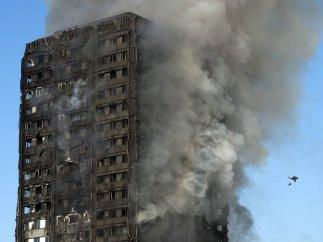 Un incendio devora una torre de 27 plantas en Londres