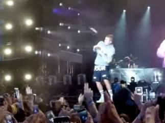 Justin Bieber esquiva una sandalia