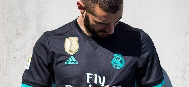 Karim Benzema mira el escudo