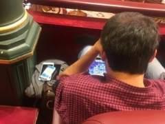 El alcalde de A Coruña juega en su tableta en el Congreso.