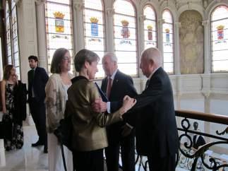 Ortega y Armisén felicitando a los homenajeados.