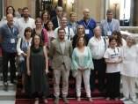 Foto de familia de las entidades con el conseller de Salut, Antoni Comín, en la escalinata del Parlament