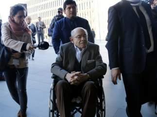 Fèlix Millet entrando con silla de ruedas en la Ciutat de la Justicia