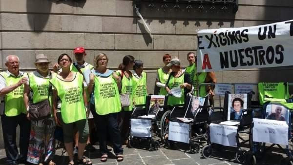 """50 personas se movilizan en la plaza Sant Jaume para exigir un trato """"digno"""" de los usuarios en cinco residencias públicas"""