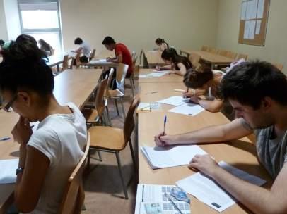 Estudiantes haciendo alguna de las pruebas de la Selectividad