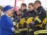 Isabel II junto a unos bomberos