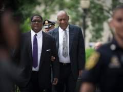 Bill Cosby llega al tribunal y espera sentencia por los tres casos de agresión sexual en los que está acusado