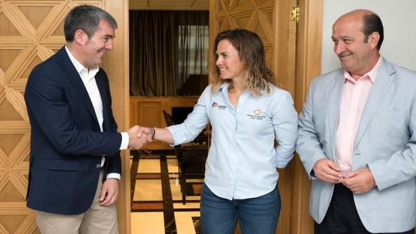 Fernanco Clavijo recibe a la regatista Tara Pacheco
