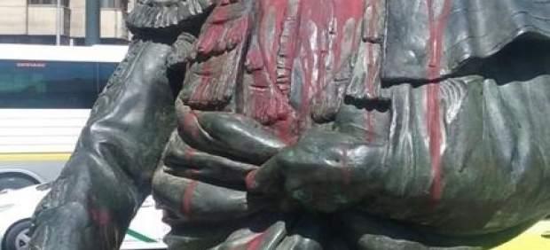 'La Policía Nacional Detiene A Dos Mujeres Por Dañar Una Escultura En La Vía Púb