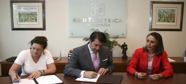 Suárez-Quiñones y Red Eléctrica, en la firma del convenio.