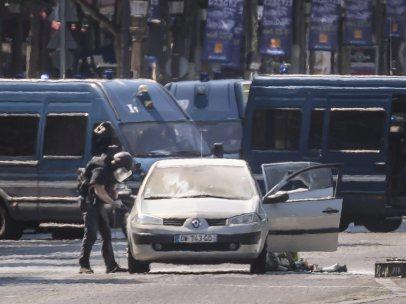 Coche se lanza contra un furgón policial en París