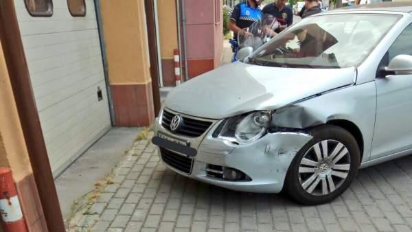 Uno de los vehículos dañados a las puertas del Parque de Bomberos