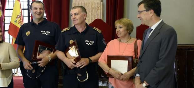 El alcalde, a la derecha, posa con los 'héroes del ficus'
