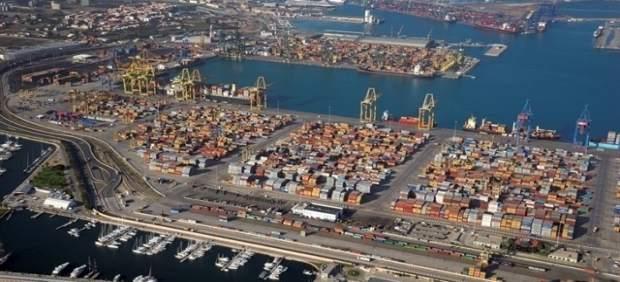 Cues de fins a dos quilòmetres i mig a primera hora d'este dimarts en l'accés al Port de València per la V-30
