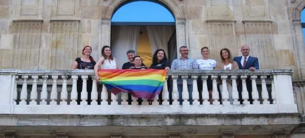 Colocacion De La Bandera Arco Iris En El Balcon Municipal Del Ayuntamiento