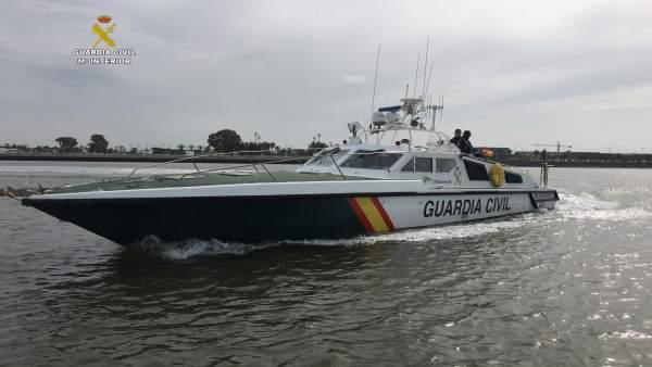 Embarcación que ha rescatado a una familia en la ría de Punta Umbría.