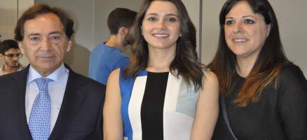 La portavoz de Cs, Inés Arrimadas, con el presidente de ADEA, Salvador Arenere.