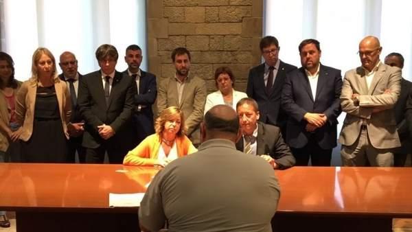 La consellera Borràs recibe la querella por la compra de urnas.