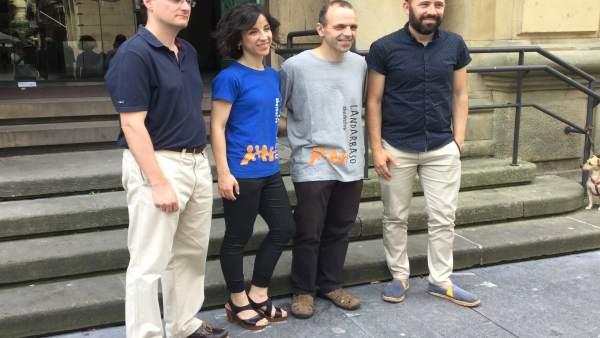 Denis Itxaso y representantes del coro Landarbaso