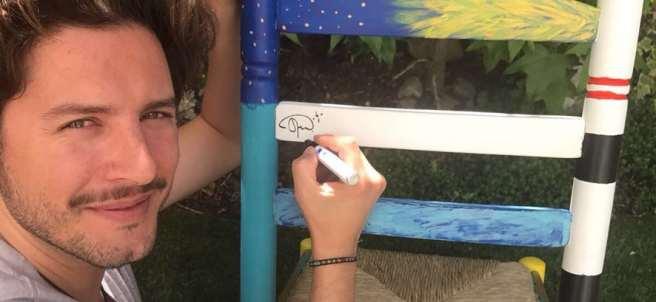 Manuel Carrasco decorando su silla